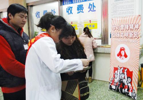志愿服务的医务工作者正在为患者提供咨询