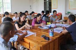 我院党委组织人员到扶贫村召开村干部座谈会