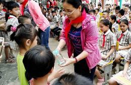我院组织志愿者到贫困村小学开展六一活动