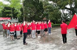 市工人医院组织青年医务人员祭扫烈士纪念碑